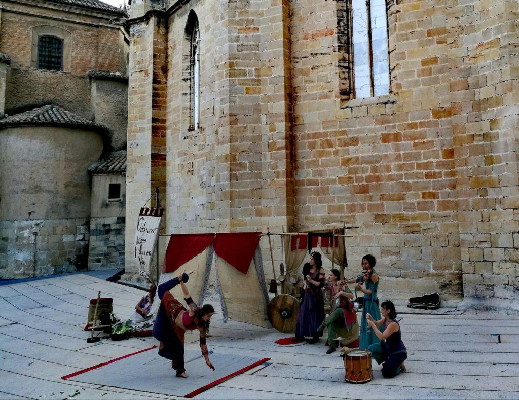 Les Dragons du Cormyr a la plaça de l'Absis interpretant Le Cabaret des filles en joïe
