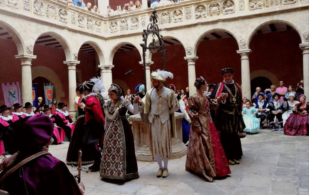 Els nobles ballen als Col·legis Reials