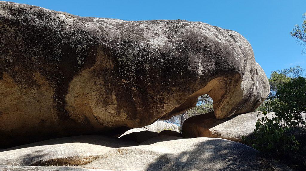 Pedra de les Orenetes. Balma on hi ha les pintures rupestres