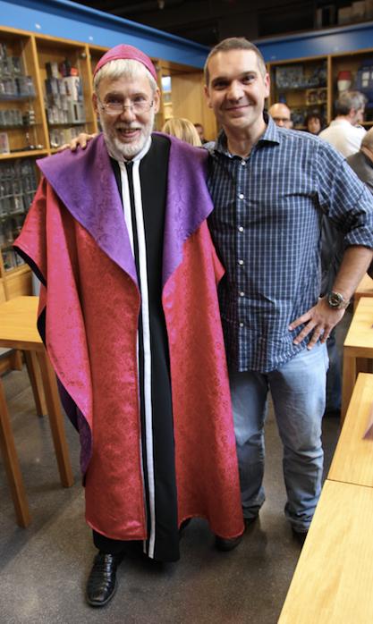 Cels Piñols i l'Alejo Cuervo, caracteritzat com a Papa Alejo, el personatge que Piñol creà per a la seva saga de còmics Fanhunter