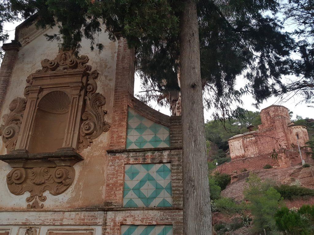 Capella a l'aire lliure enfront de l'ermita romànica de Santa Maria