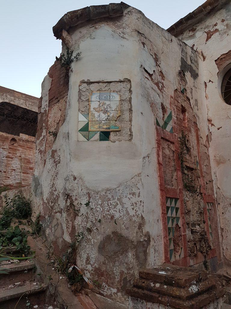 Sant Jordi, l'únic plafó ceràmic que ha resistit als lladres, amb mostres d'haver-ho intentat