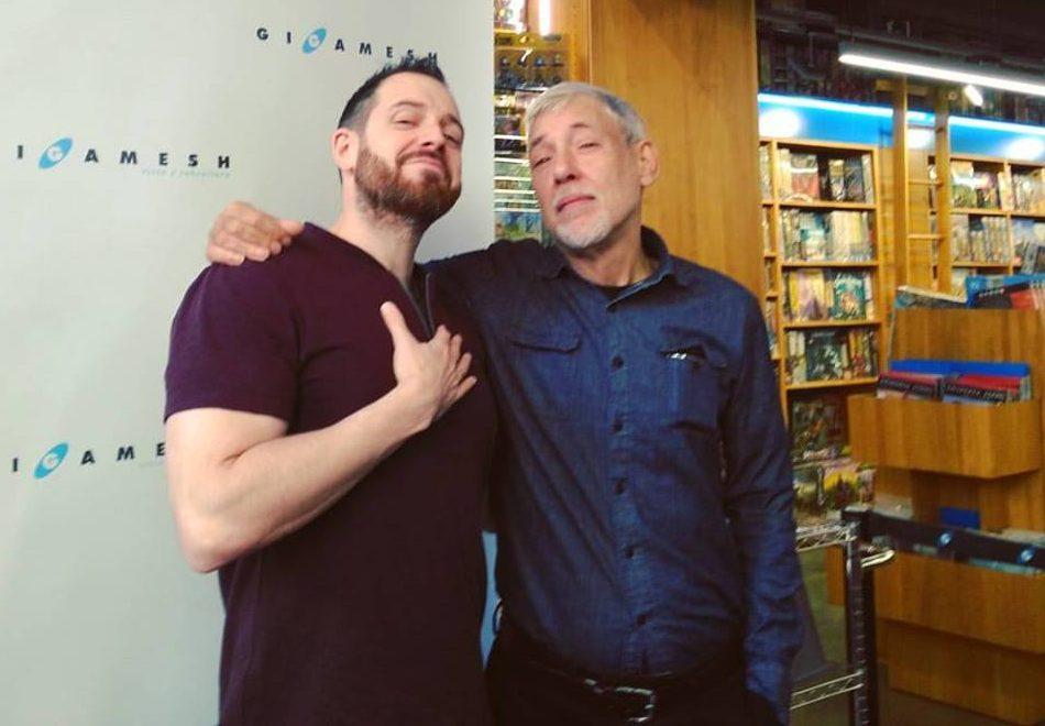 Joe Abercrombie amb Alejo Cuervo, durant la presentació de la saga del Mar Trencat a la llibreria Gigamesh
