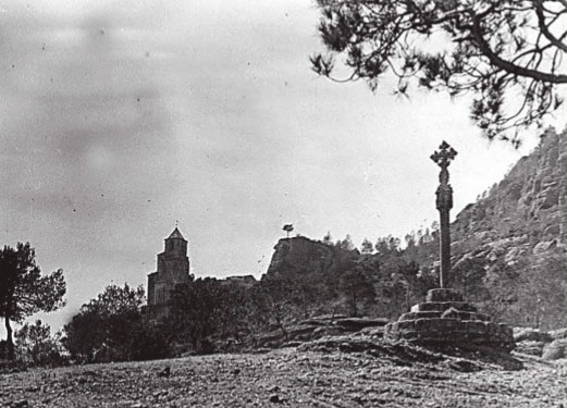 Creu de Terme de la vall, amb l'ermita de Santa Maria al fons. Autor: Francesc Blasi Vallespinosa (1872-1951) - Arxiu fotogràfic del Centre Excursionista de Catalunya