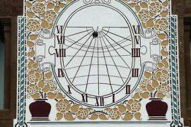 Rellotge de sol modernista a la Masia de Can Riba, a la Vall de Bianya