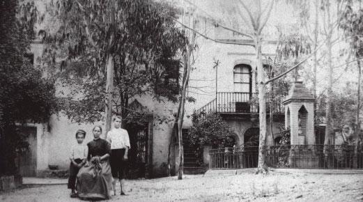 Masia el 1895, quan l'heretà el fill de Pitarra. Fotografia del Grup de Recerca de Cervelló