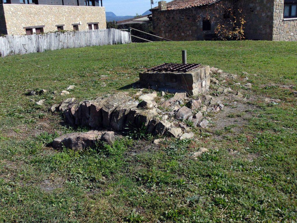 Restes del castell de El Mallol. En aquest lloc Estruga Maigarda fou jutjada.