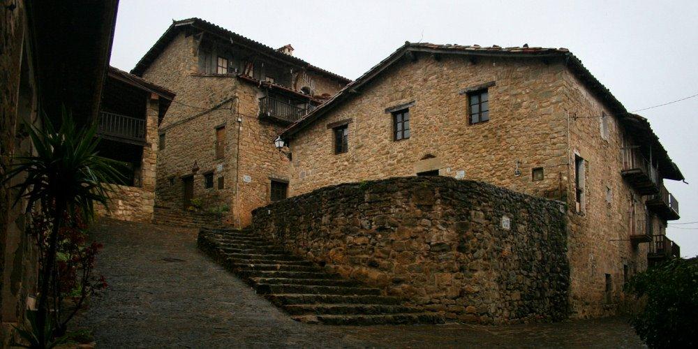 Carrers de l'antiga vila medieval de El Mallol, a la Vall d'en Bas