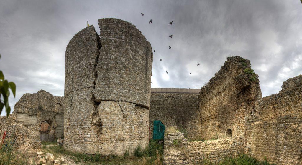El castell de Llers, reconstruït després de ser dinamitat durant la Guerra Civil pels feixistes (això sí està documentat).
