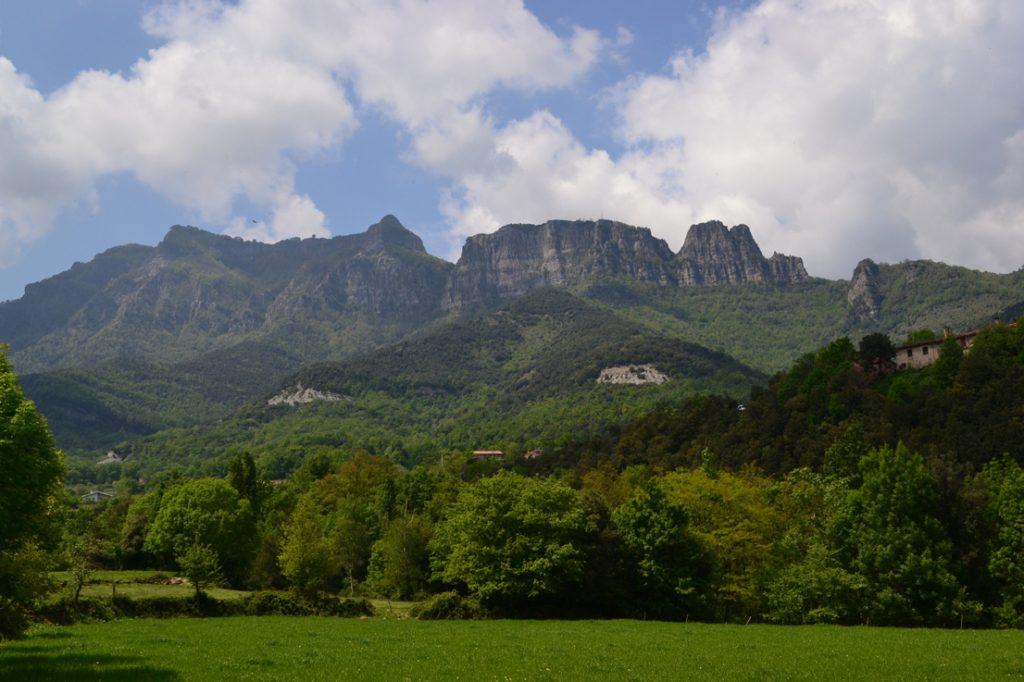La Vall d'en Bas sota l'esguard del seu guardià, el Puigsacalm
